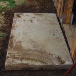 eine Betonplatte wird verlegt